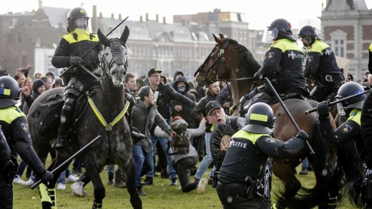 In den Niederlanden kam es am Wochenende zu brutalen Protesten gegen die Corona-Maßnahmen. (Foto)