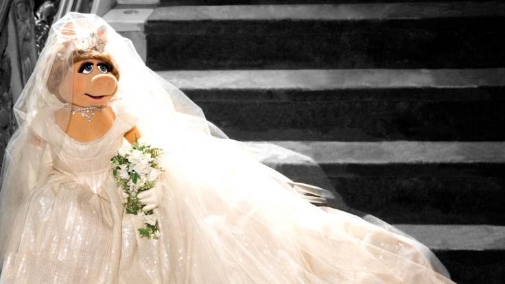 Miss Piggy im Traumkleid von Vivienne Westwood. Das Kleid hebt Piggy für eine künftige Hochzeit auf.