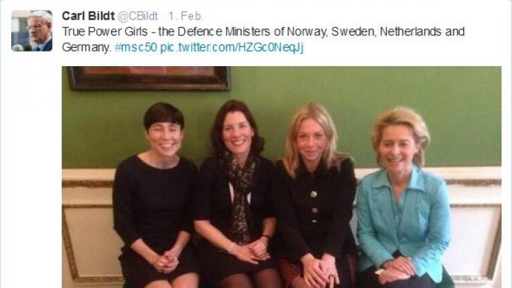 Da konnte Schwedens Außenminister Carl Bildt nicht an sich halten: Die «True Power Girls» aus Norwegen, Schweden, den Niederlanden und Deutschland nebeneinander bei der Münchner Sicherheitskonferenz.