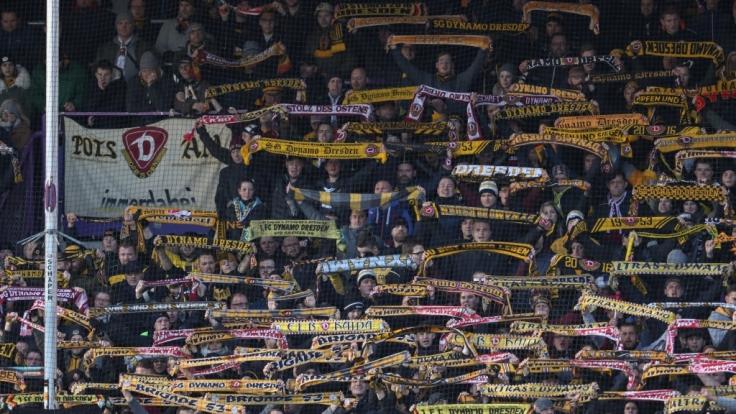 Mit ihren Schals in der Luft unterstützen die Fans von Dynamo Dresden ihren Verein. (Symbolbild) (Foto)