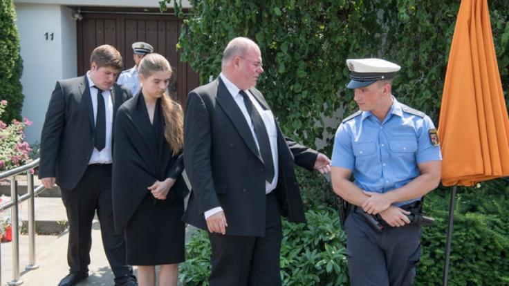 Nachdem ihn die Beamten auf ein bestehendes Hausverbot hingewiesen hatten, verlässt Walter Kohl (2.v.r), Sohn des verstorbenen Altkanzlers Helmut Kohl, am 21.06.2017 den Bereich vor dem Wohnhaus Kohls in Oggersheim. (Foto)