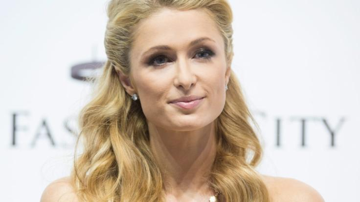 Paris Hilton ließ im sexy Netz-Fummel tief blicken. (Foto)
