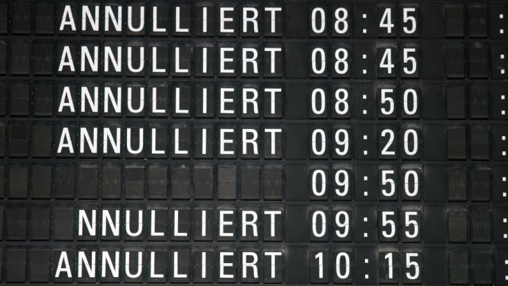 Auf Grund des starken Schneefalls wurde der Betrieb am Flughafen Köln/Bonn vorerst eingestellt. (Foto)