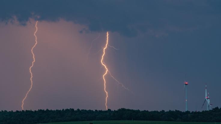 Schwül-warmes Wetter in Deutschland bringt Blitz und Donner mit sich - Starkregen und Hagel sind nicht ausgeschlossen.