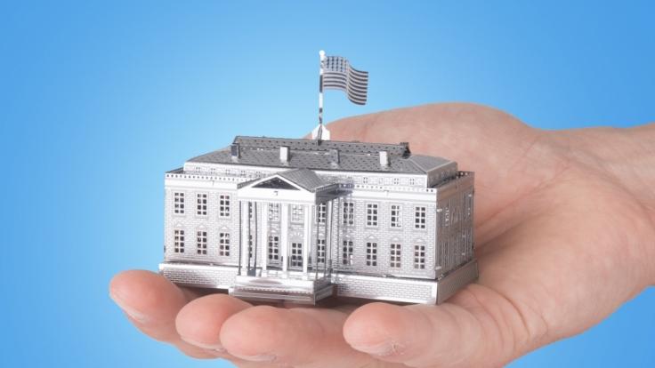 Weltberühmte Bauwerke, die in eine Hand passen: Die kniffligen Metallmodelle machen es möglich.
