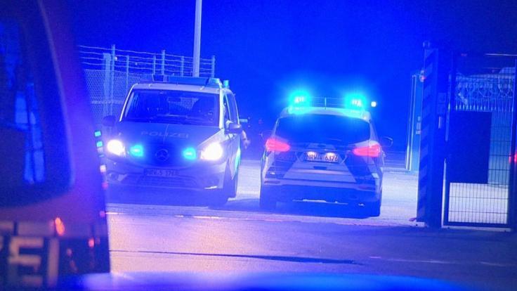 Ein Auto hat am Flughafen Weeze am Niederrhein einen Zaun in der Nähe der Rollbahn durchbrochen, so dass eine Passagiermaschine ihren Landeanflug abbrechen musste. (Foto)