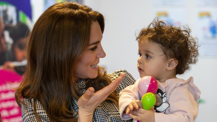 Kate Middleton hält Sorayah Ahmad, 18 Monate alt, während eines Besuchs in einem Khidmat-Zentrum auf dem Arm. (Foto)