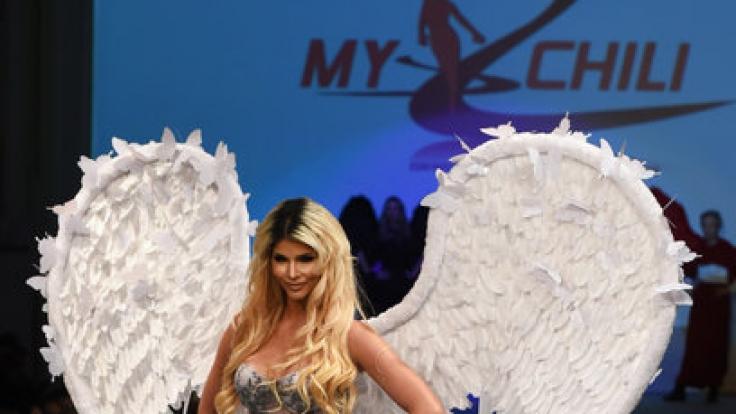 """Micaela Schäfer läuft für das Modelabel """"My Chili"""" bei der Berlin Fashion Week über den Laufsteg. (Foto)"""