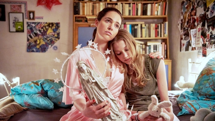 Leah (Charlotte Krause, r.) holt sich bei Magda (Verena Altenberger) Ratschläge ab. (Foto)