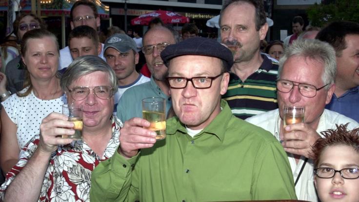 Robert Treutel alias Bodo Bach spendierte 2002 Gästen Apfelwein auf dem Frankfurter Mainfest. (Foto)