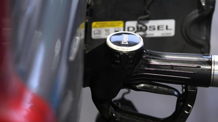 Bei Kälte kann Diesel ausflocken. Um das zu verhindern, sollte der Tank möglichst voll sein.