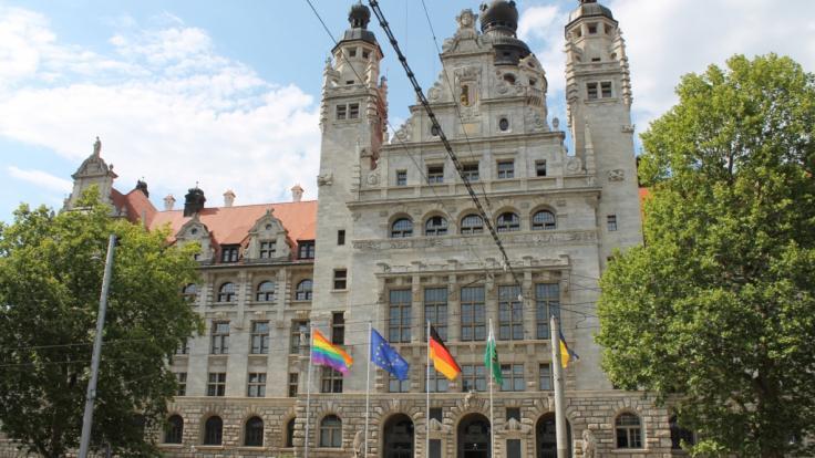 Und da weht die CSD-Flagge vor dem Neuen Rathaus in Leipzig. (Foto)
