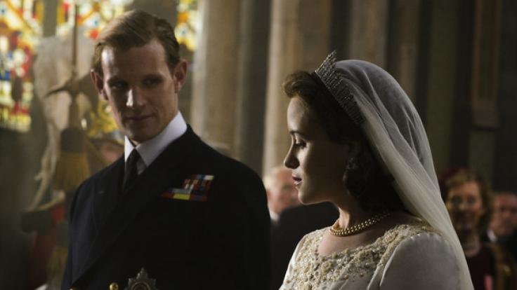 Claire Foy als die junge Königin Elizabeth II. und Matt Smith als Prince Philip während einer Szene der Netflix-Serie