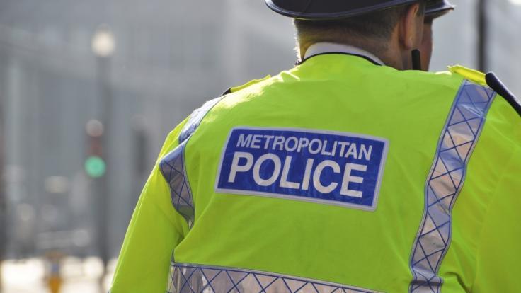 Polizisten suchen nach der Messerattacke in einer Londoner Moschee nach dem Tatmotiv (Symbolfoto). (Foto)