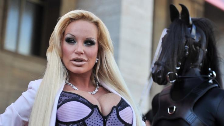 Erotik-Sternchen Gina-Lisa Lohfink am Flughafen festgenommen.