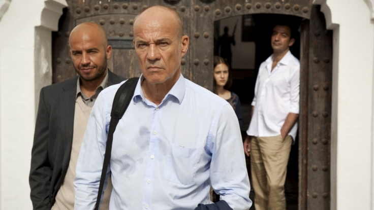 Frank Henning (Heiner Lauterbach, vorne) auf Rachefeldzug: Um an den marokkanischen Waffenhändler Sharif Nader (Michele Cuciuffo) heranzukommen, heuert er als Privatlehrer von dessen Tochter Yasmin Nader (Maya Lauterbach) an.