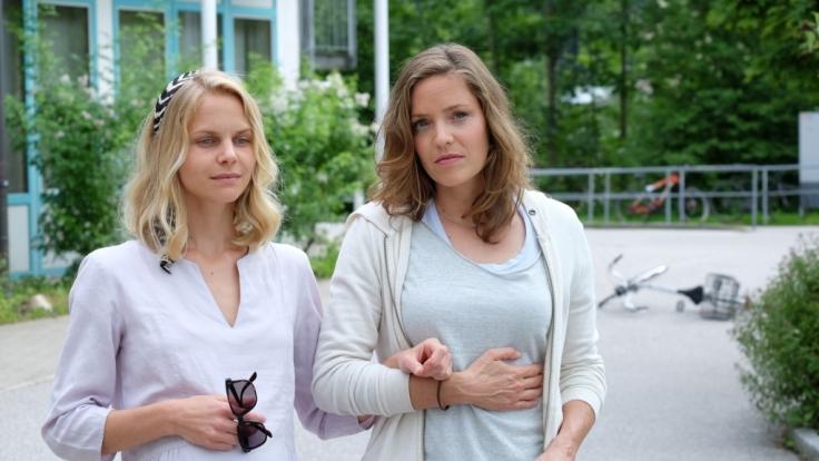 Lena Lorenz (Patricia Aulitzky, r.) trifft die hochschwangere Annette Bering (Sinja Dieks, l.). (Foto)