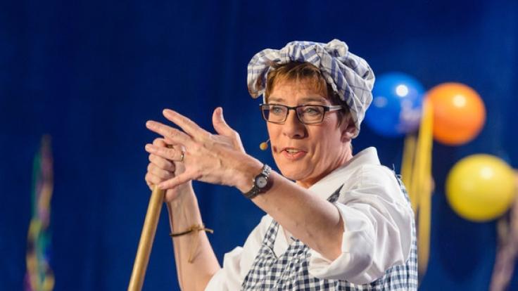 Annegret Kramp-Karrenbauer ist sich nicht zu schade, um zum Karneval als Putzfrau Gretel in die Bütt zu steigen.