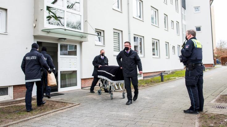 Bestatter transportieren im Stadtteil Bramfeld einen Sarg aus einem Mehrfamilienhaus ab. (Foto)