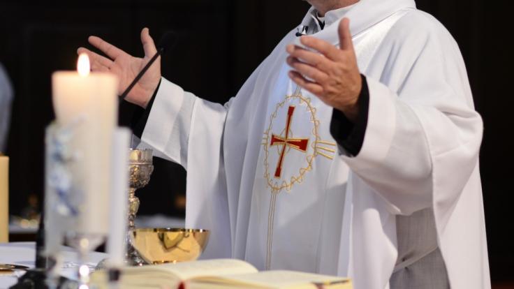 Nachdem ein Priester in Louisiana eine Sexorgie auf seinem Altar gefeiert hat, veranlasste der Erzbischof, den Altar verbrennen zu lassen.