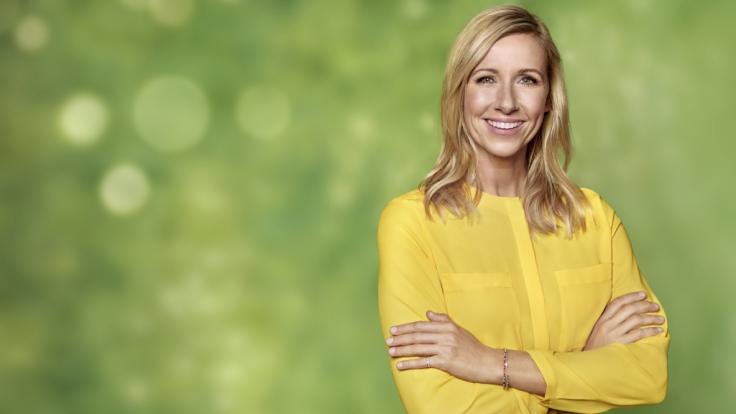 """Andrea Kiewel begibt sich auf eine Zeitreise mit ihren Gästen im """"ZDF-Fernsehgarten"""" am 12.08.2018. (Foto)"""