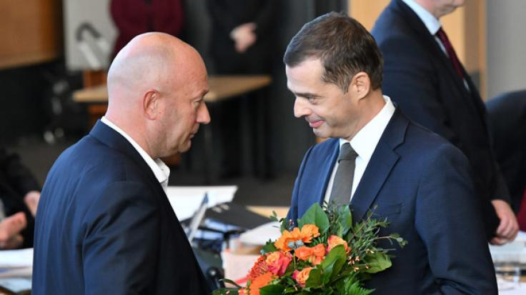 Mike Mohring, (r) CDU-Fraktionschef gratuliert Thomas Kemmerich (l, FDP), dem neuen Thüringer Ministerpräsidenten.