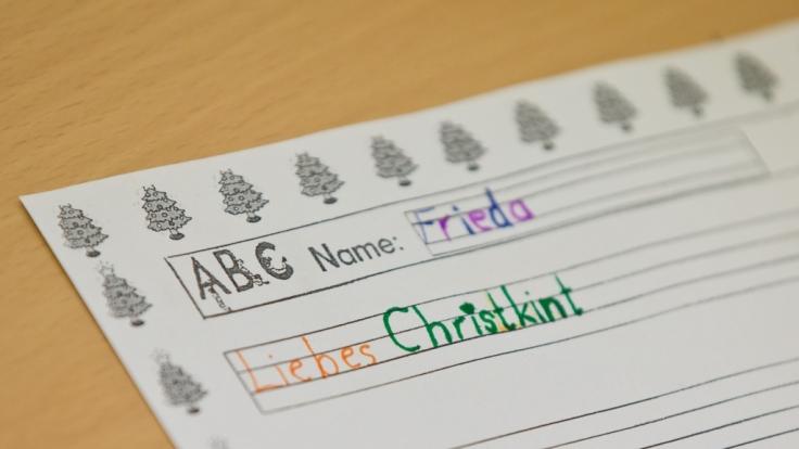 Schreiben nach Gehör: Grundschüler schreiben einen Wunschzettel.