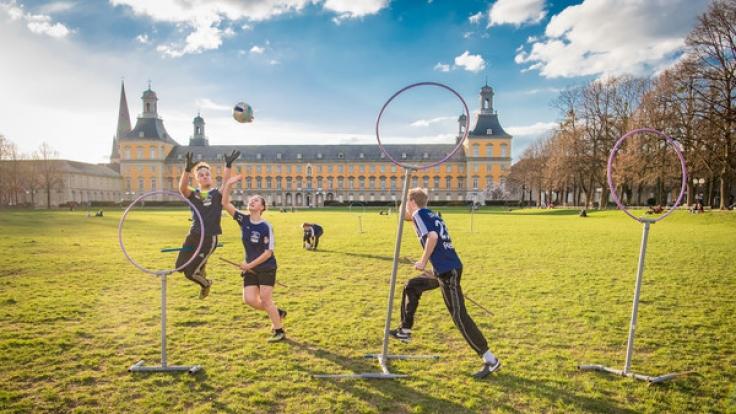 Eine der deutschen Quidditch-Mannschaften trainiert im Hofgarten von Bonn: die