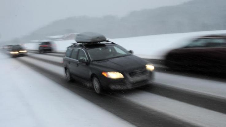 Die Skier können in einer speziellen Dachbox oder auf einem Dachgepäckträger verstaut werden.