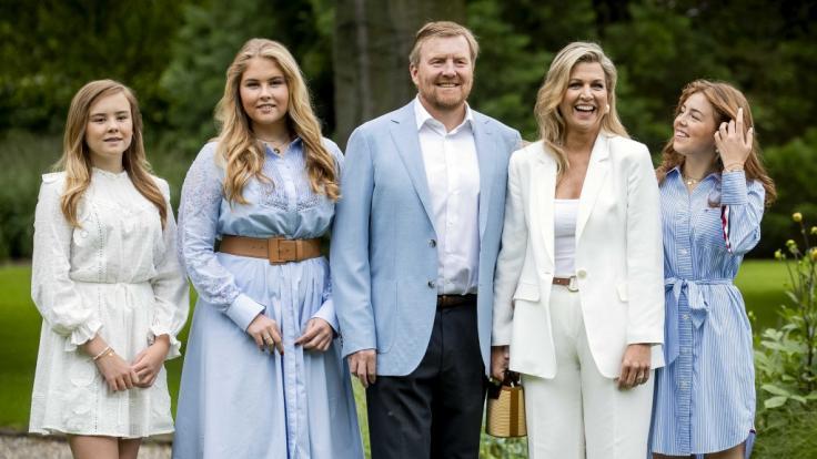 König Willem-Alexander der Niederlande, seine Frau Königin Maxima sowie die gemeinsamen Töchter Prinzessin Ariane (l.), Prinzessin Catharina-Amalia (2.v.l.) und Prinzessin Alexia (r.).