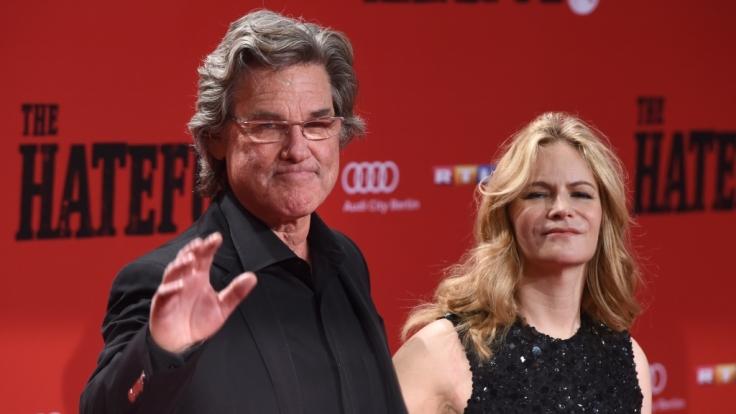 """Als John """"der Henker"""" Ruth hält er die von Jennifer Jason Leigh gespielte Daisy Domergue den ganzen Film über in Ketten. (Foto)"""