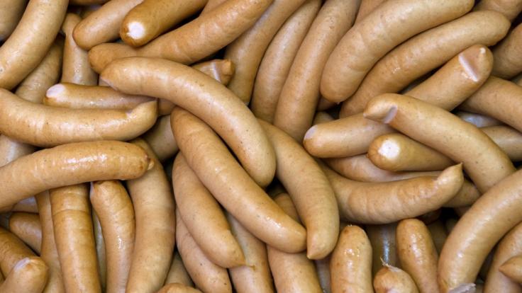 """Beim Supermarkt Edeka werden aktuell """"Delikatess Schinken Bockwürste"""" zurückgerufen (Symbolbild). (Foto)"""