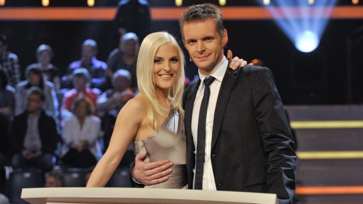 """Florian Schroeder (r.) gemeinsam mit Moderationspartnerin Sandy Mölling in der RTLZWEI-Show """"Just The Best - Der große Musiktest"""" im Jahr 2010. (Foto)"""