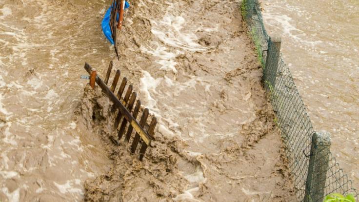In Süditalien kosteten mit Unwettern verbundene Wassermassen mindestens zwei Menschen das Leben.