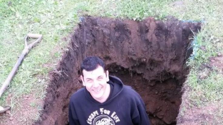 Entfesselungskünstler Antony Britton ließ sich in diesem Erdloch lebendig begraben. (Foto)