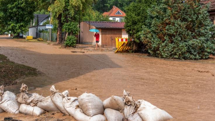 Eine Schlammlawine ergießt sich infolge eines Unwetters durch das Dorf Gumperda nahe Jena. (Foto)