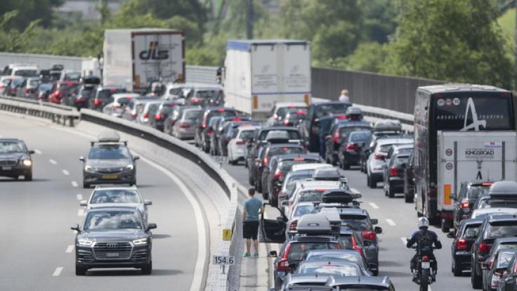 Am ersten August-Wochenende 2017 verstopfen vor allem Rückreisende die Autobahnen in Deutschland.
