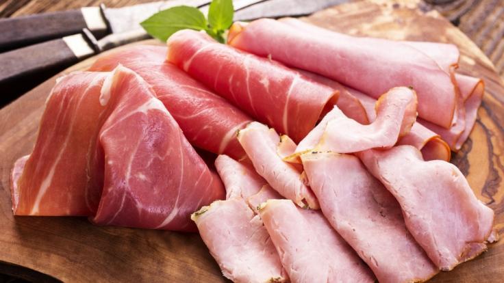 Gleich zwei Wurstsorten mussten aufgrund der Verunreinigung mit potenziell gesundheitschädlichen Listerien zurückgerufen werden.