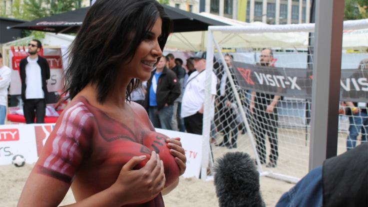 Micaela Schäfer drückt der deutschen Mannschaft beide Brüste!
