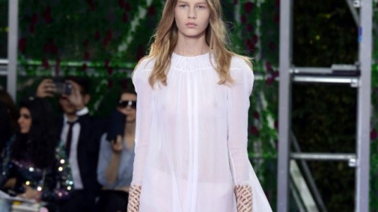 Die erst 14-jährige Sofia eröffnete die Dior-Show in Paris.
