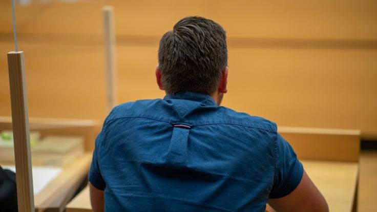 Ein ehemaliger Polizeischüler steht in Würzburg vor Gericht. Der damals 19-Jährige soll einen älteren Kollegen versehentlich mit seiner Dienstwaffe erschossen haben. (Foto)