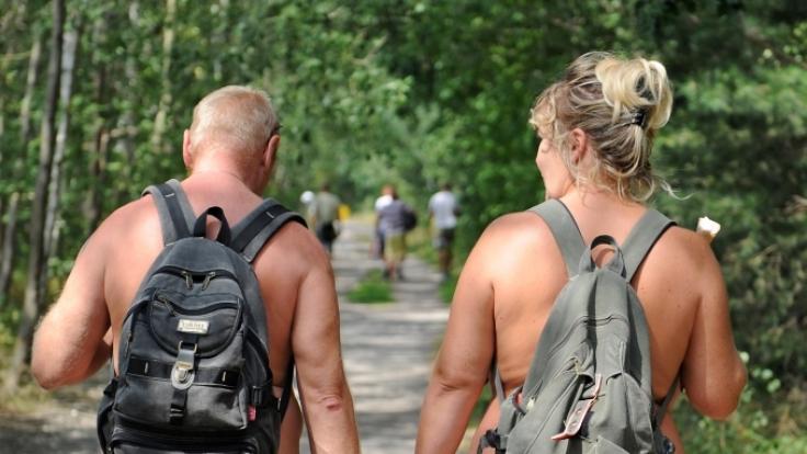 Im Urlaub faul am Strand rumhängen reicht FKK-Fans längst nicht mehr. Sie wollen lieber wandern, reiten oder segeln. (Foto)