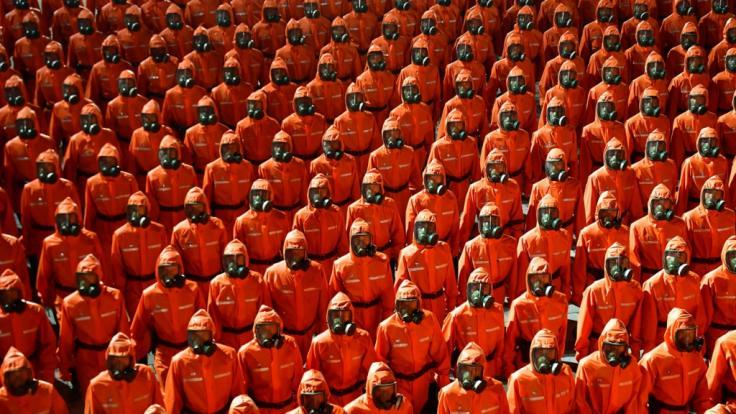 Der nordkoreanische Machthaber Kim Jong-un ließ um Mitternacht eine bizarre Militärparade in Gefahrenschutzanzügen und Gasmasken abhalten. (Foto)