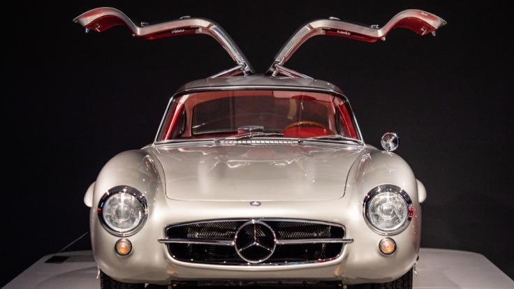 Echtes Schmuckstück: Der Mercedes 300 SL mit Flügeltüren aus dem Jahr 1956 lässt das Herz von so manchem Oldtimer-Fan höher schlagen.