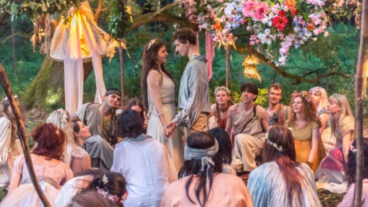 Werden sie sich finden? Fee Lupine (Ruby O. Fee) und Prinz Himmelblau (Jonathan Berlin).