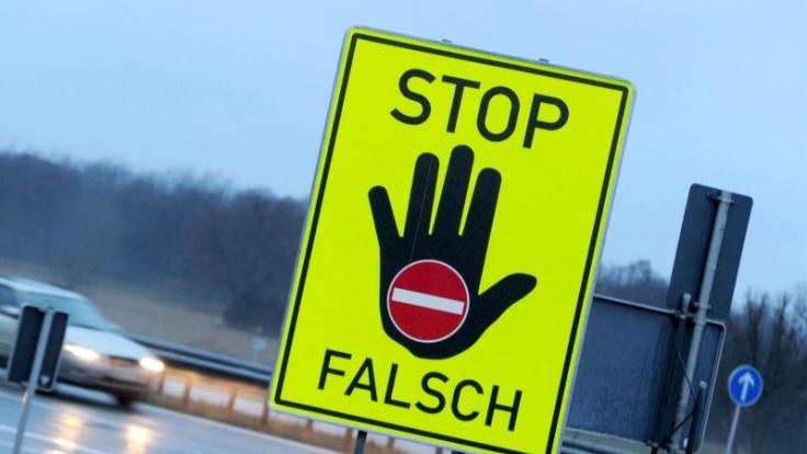 Mancherorts werden Falschfahrer durch solche Schilder gewarnt, um Schlimmeres zu verhindern.