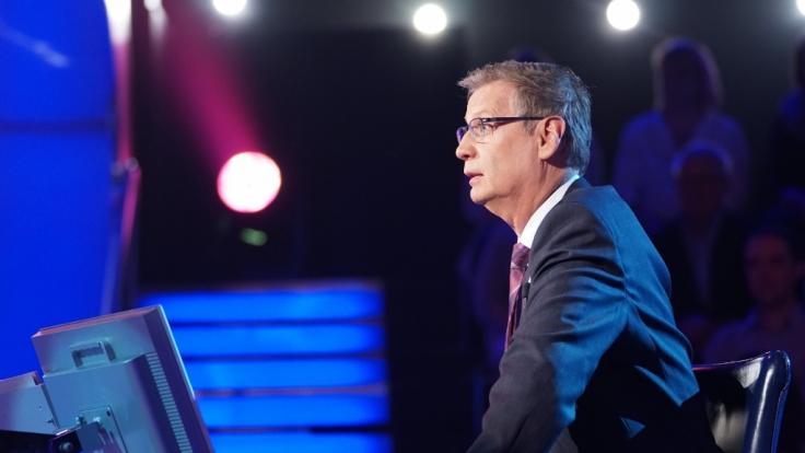 Günther Jauch bittet auf den Quiz-Stuhl bei