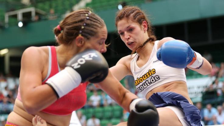 Kickboxerin Marie Lang (re.) tritt bei der WM 2017 gegen Jessica Gladstone aus Kanada an.
