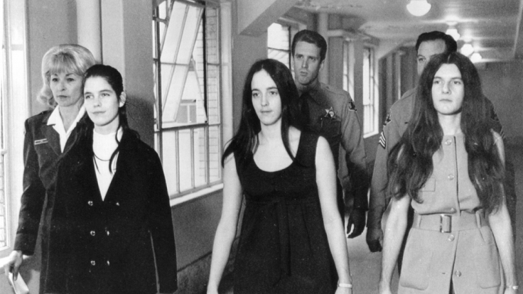 Leslie van Houten (links) wurde 1969 zu einer lebenslangen Haftstrafe verurteilt.