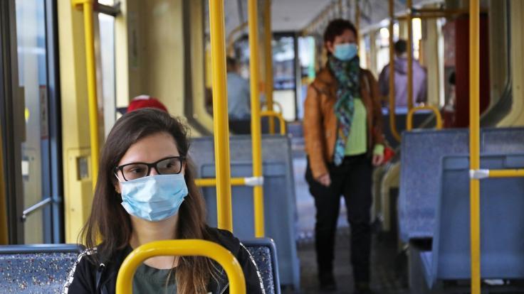 In Nordrhein-Westfalen müssen Masken-Verweigerer nun 150 Euro Strafe im Nahverkehr zahlen.